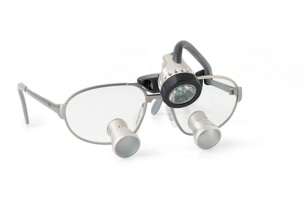 luppglasögon med lampa